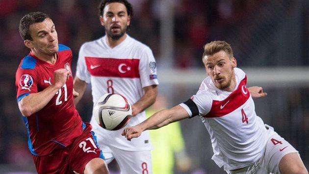 Český útočník David Lafata (27) a Aziz Serdar (4) z Turecka.