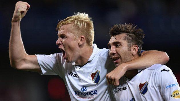 Fotbalisté Baníku Ostrava Michal Frydrych (vlevo) a Davor Kukec slaví vítězství na Spartě.