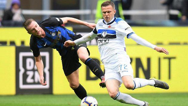 Josip Iličić z Atalanty v souboji s Milanem Škriniarem během zápasu mezi Interem Milán a Atalantou. Ten se konal o kolo dříve než zápas Atalanty s Empoli a skončil také 0:0, zdaleka však nenabídl tak velké množství pokusů (ilustrační foto).