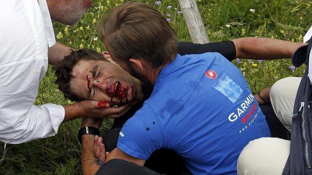 Ošklivý pohled na obličej zkrvaveného závodníka stáje Garmin-Sharp Jacka Bauera z Nového Zélandu.