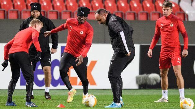 Fotbalisté Slavia Praha Petr Ševčík (zleva), Ibrahim Traoré, trenér Jindřich Trpišovský a Lukáš Masopust během tréninku v Praze.