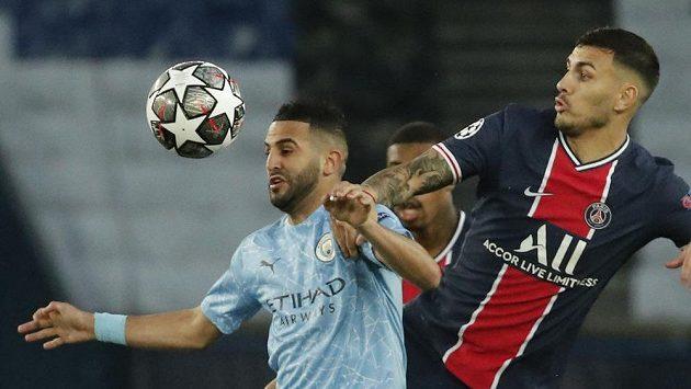 Leandro Paredes (vpravo) z PSG a Rijad Mahriz z Manchesteru City.