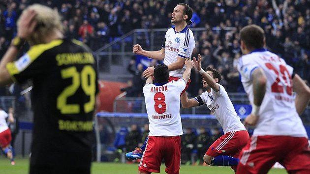 Petr Jiráček (ve výskoku) jásá, po návratu do základní sestavy Hamburku dal gól proti Dortmundu.