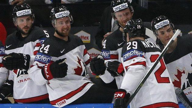 Nate MacKinnon slaví se spoluhráči gól proti Bělorusku.