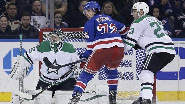 Český útočník New Yorku Rangers Filip Chytil (72) se snaží clonit a tečovat puk v zápase s Dallasem.