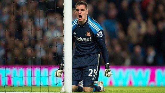 Naštvaný brankář Sunderlandu Vito Mannone.