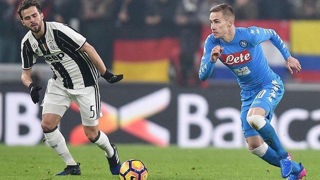 Miralem Pjanič (vlevo) z Juventusu a neapolský Marko Rog v semifinále Italského poháru.