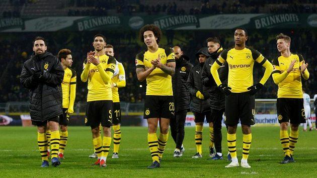 Fotbalisté Dortmundu slaví s fanoušky další výhru.