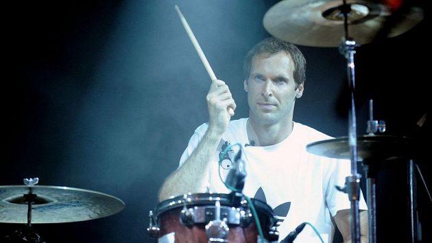 Petr Čech usedl na festivalu Rock for People za bicí kapely Eddie Stoilow.