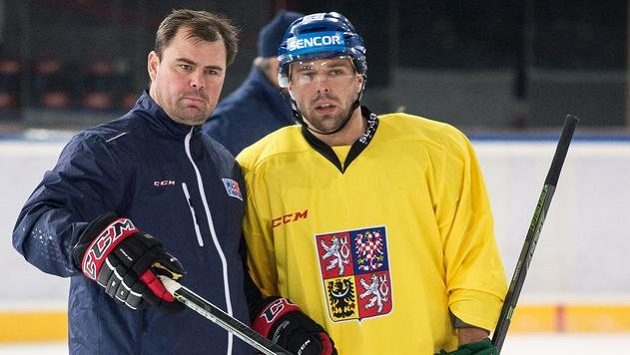 Asistent trenéra Jaroslav Špaček a útočník Milan Gulaš při tréninku hokejové reprezentace.