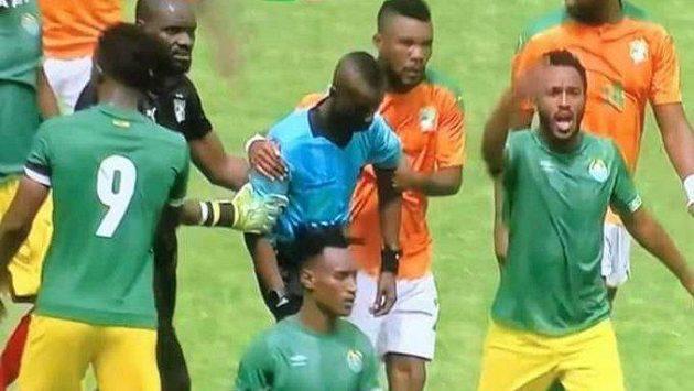 Ghanský rozhodčí Charles Bulu zkolaboval během zápasu Pobřeží Slonoviny - Etiopie.