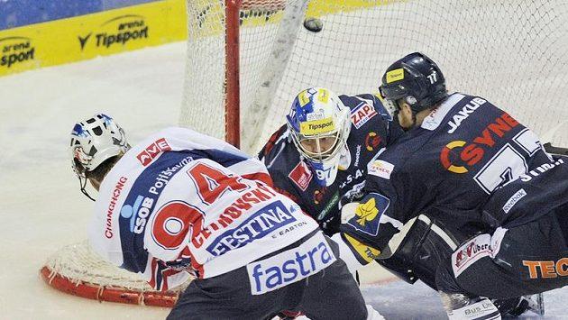 Brankář Marek Pinc (uprostřed) z Liberce inkasuje první gól ve třetím semifinále. Autorem gólu byl Jiří Cetkovský (vlevo) z Pardubic.