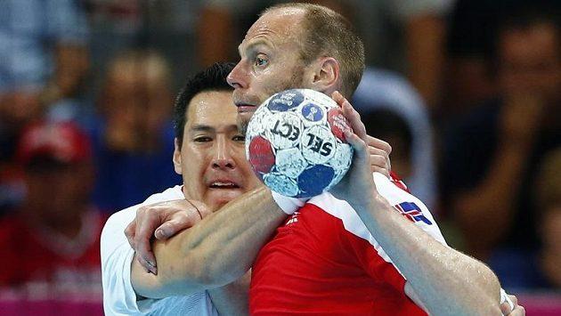 Islandského házenkáře Olafura Stefanssona (vpravo) atakuje Maďar Timuzsin Schuch