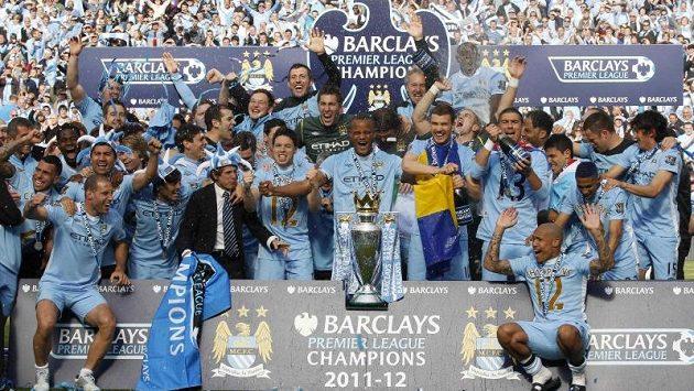 Fotbalisté Manchesteru City se radují ze zisku titulu.