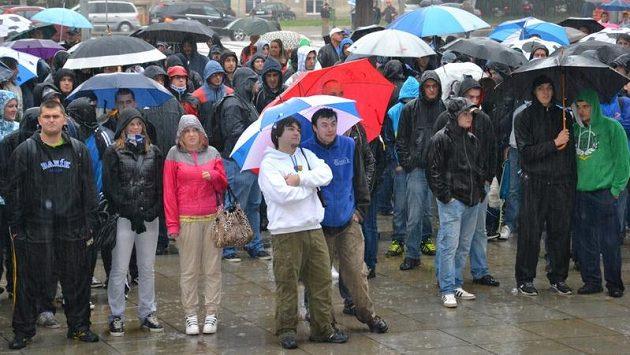 Baník patří na Bazaly, skandovali fanoušci Baníku na demonstraci před ostravským magistrátem.
