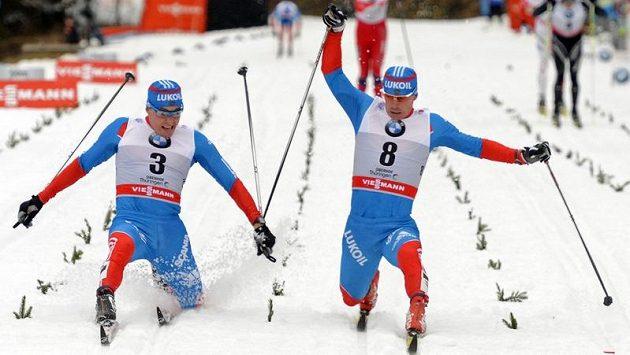 V cíli rozhodovaly centimetry - nakonec se o chlup radoval Rus Maxim Vylegžanin (vpravo), který o pár centimetrů předstihl svého krajana Alexandera Legkova.