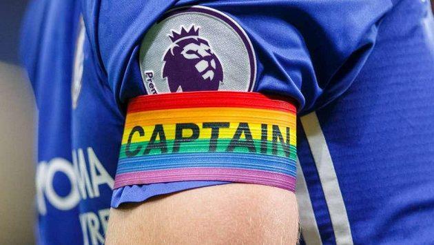 Kapitánská páska v duhových barvách.
