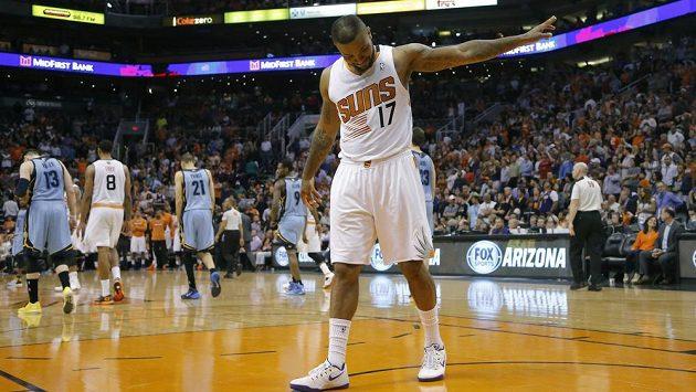 Basketbalista Phoenix Suns P.J. Tucker gestikuluje směrem k lavičce Memphisu Grizzlies.