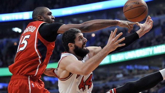 Basketbalista Nikola Mirotič (vpravo) z Chicaga bojuje v zápase NBA o míč s Alem Horfordem z Atlanty Hawks.