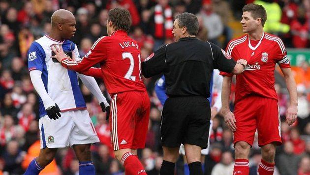 El Hadji Diouf (vlevo) měl už během angažmá v Blackburnu výhrady ke Stevenu Gerrardovi (zcela vpravo).
