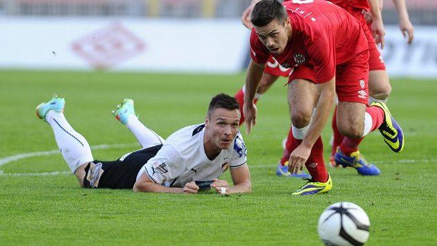 Plzeňský Stanislav Tecl (vlevo) a Petr Buchta z Brna sledují, kde skončí míč. V síti to ale nebylo...