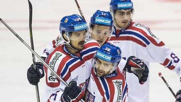 Robin Hanzl (uprostřed dole) oslavuje se spoluhráči gól vstřelený Švédsku.