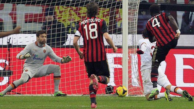 Záložník AC Milán Sulley Muntari (vpravo) střílí vyrovnávací gól do sítě AS Řím.