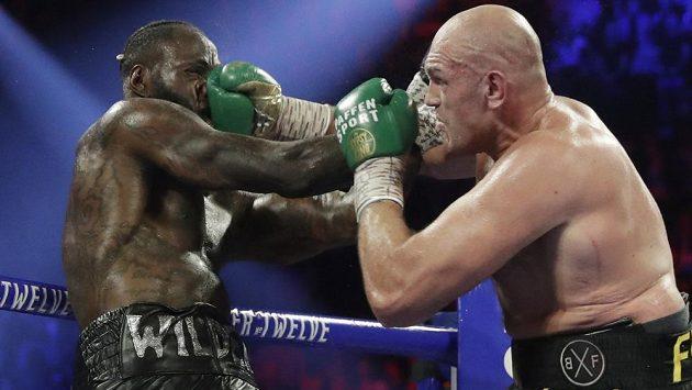 Bitva Tyson Fury (vpravo) - Deontay Wilder o titul WBC z února loňského roku.