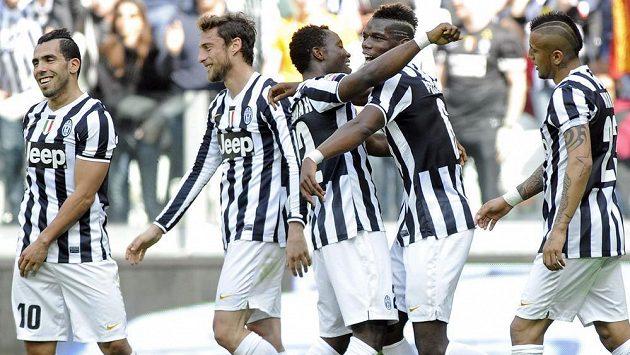Záložník Juventusu Kwadwo Asamoah (třetí zprava) slaví se spoluhráči Carlosem Tévezem (zcela vlevo), Claudiem Marchisiem (druhý zleva), Paulem Pogbou a Arturem Vidalem (zcela vpravo) gól v síti Fiorentiny.