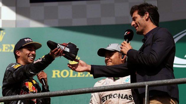 Australan Mark Webber (vpravo) zavítal nedávno na GP Belgie. Vlevo jeho krajan Daniel Ricciardo.