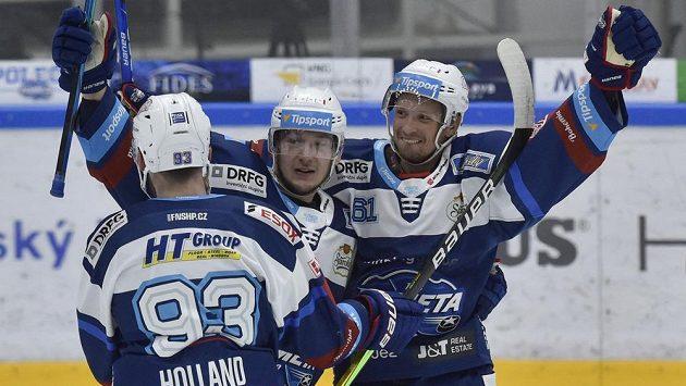 Hráči Brna se radují. Zleva Rhett Holland, Radek Kučeřík a autor gólu Daniel Rákos.