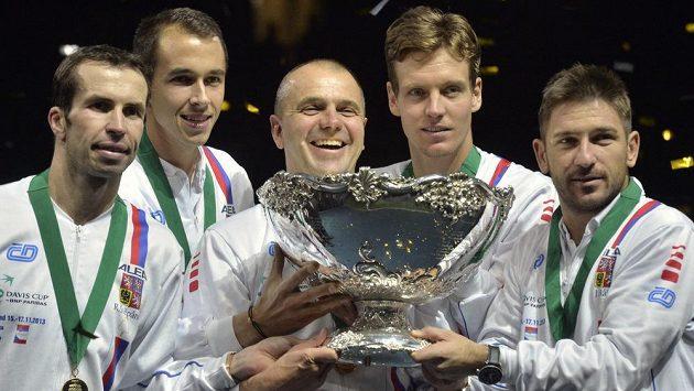 Vítězný český tým. Zleva Radek Štěpánek, Lukáš Rosol, nehrající kapitán Vladimír Šafařík, Tomáš Berdych a Jan Hájek.