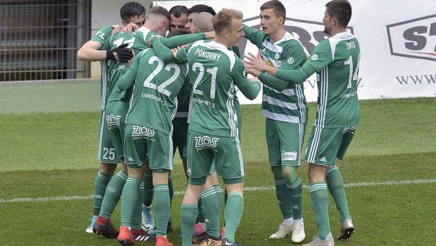 Fotbalisté Bohemians se radují z úvodního gólu na hřišti Karviné.