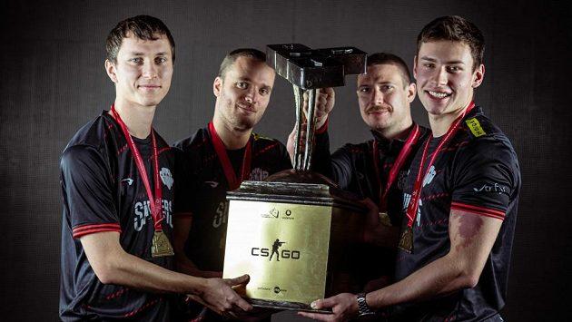 SINNERS s pohárem pro mistra Česka v CS:GO ročníku 2020. Archivní foto