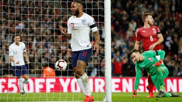 Angličan Raheem Sterling se raduje z gólu proti Česku.