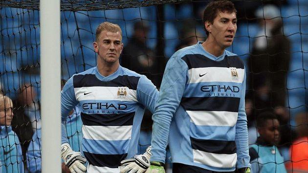 Naštvaný gólman Manchesteru City Joe Hart (vlevo) se musí smířit s rolí náhradníka. Jedničkou anglického celku je momentálně Costel Pantilimon.