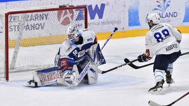 Plzeňský útočník Petr Kodýtek překonává v prodloužení gólmana Komety Karla Vejmelku. Tato branka ale kvůli ofsajdu neměla platit.