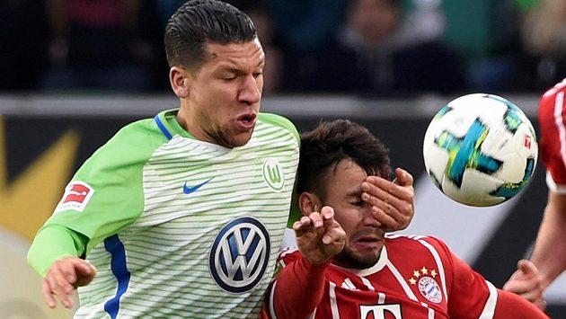 Jeffrey Bruma (vlevo) z Wolfsburgu a Juan Bernat z Bayernu.