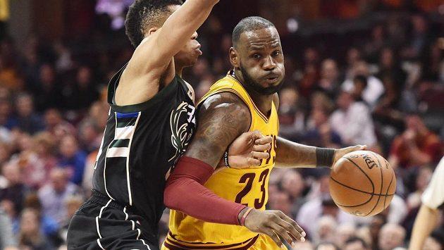 Hvězda Clevelandu LeBron James (vpravo) obchází bránícího Giannise Antetokounmpoa z Milwaukee.