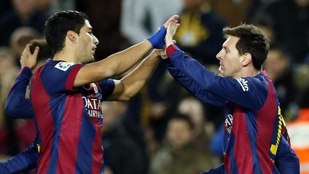 Luis Suárez (vlevo) a Lionel Messi se radují po jednom z gólů proti Villarrealu v prvním semifinále Španělského poháru.