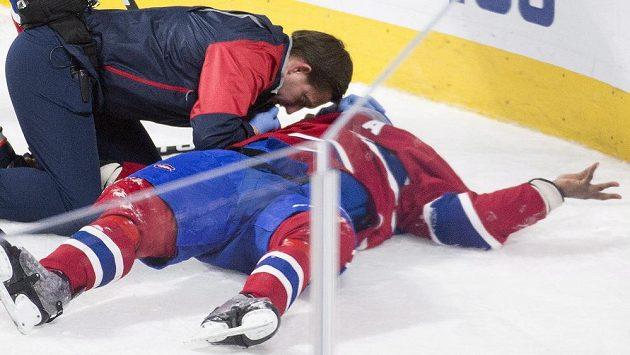 Ošetření obránce Montrealu P.K. Subbana během zápasu s Buffalem.