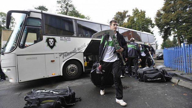 Opožděný příjezd hokejistů z Boleslavi do Zlína, v popředí je brankář David Rittich.