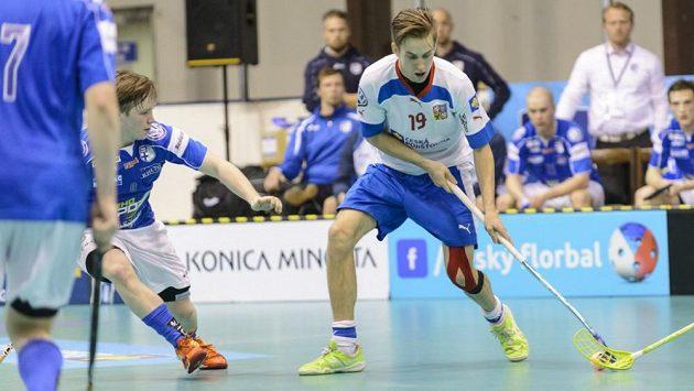 Patrik Dóža pálí na turnaji Euro Floorball Tour proti Finsku.