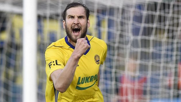 Tomáš Poznar ze Zlína se raduje z gólu poté, co proměnil penaltu.