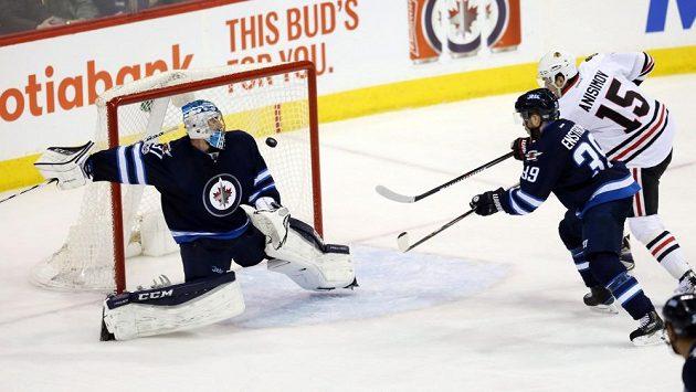 Conor Hellebuyck dělal v utkání s Chicagem co mohl, prohře Winnipegu však nezabránil.