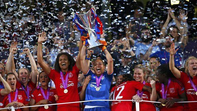 Fotbalistky Olympique Lyon se radují z vítězství v Lize mistryň.