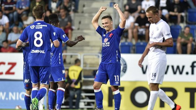 Stanislav Tecl (uprostřed) se raduje se spoluhráči ze Slavie ze třetího gólu proti Slovácku.