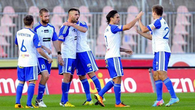 Fotbalisté Znojma se radují z branky proti Mladé Boleslavi.