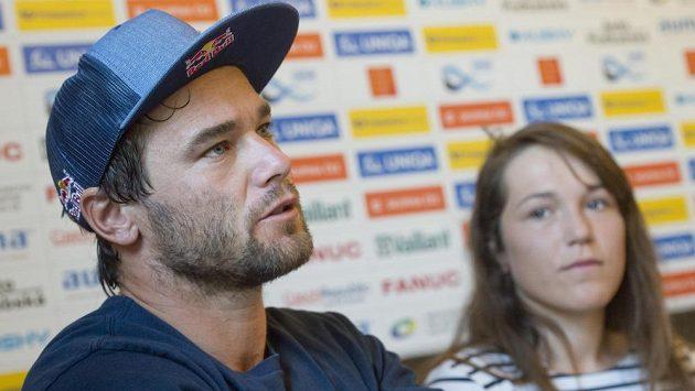 Vodní slalomáři Vavřinec Hradilek a Tereza Fišerová na tiskové konferenci před Světovým pohárem, který se uskuteční v Praze.