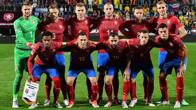 Čeští reprezentanti se před výkopem utkání Ligy národů s Ukrajinou vyfotili.
